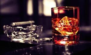 Vieux malade alcoolique fumant le cigare